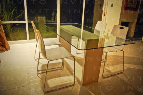 mesa para comedor con base de madera acabada con laca blanca poliuretano mate con cubierta de cristal de mm sin templar el que se muesrta en la imagen